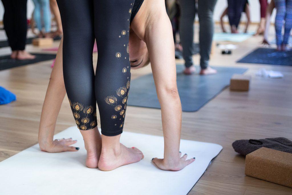 6 gestos que tus compañeros agradecerán durante una clase de yoga