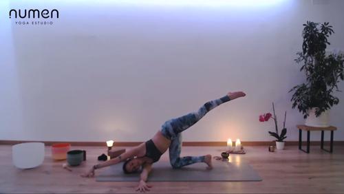 Vinyasa multinivel: extensiones y posturas de suelo